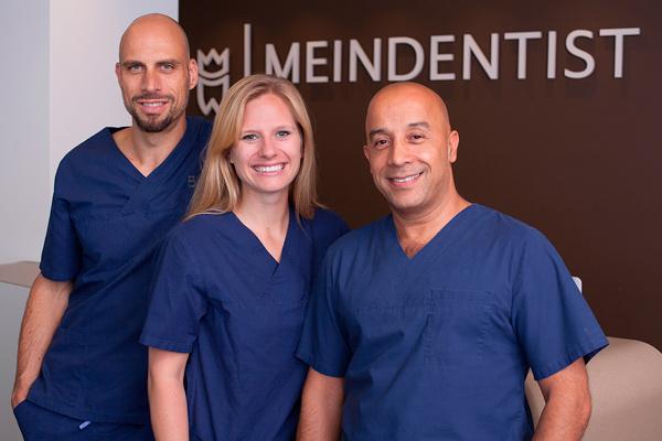 Dr. Manfred Michael Böhm, Fachzahnarzt für Oralchirurgie, Jenny Trendelbernd, Zahnärztin, Dr. Ali Mokabberi, Geschäftsführer von Meindentist und Zahnarzt (v.l.n.r.), Foto: Sophie Jendreyko